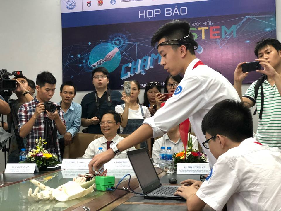 Phan Trường Anh Khôi và Nguyễn Công Huy, học sinh lớp 8H, Trường THCS Trưng Vương (quận Hoàn Kiếm, Hà Nội) trở thành nhân vật hot trong ngày họp báo #NgàyhộiSTEM2018 bởi sáng chế đậm chất STEM- cánh tay robot điều khiển bằng suy nghĩ - của mình!